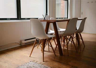 Stół z modnymi, designerskimi krzesłami.