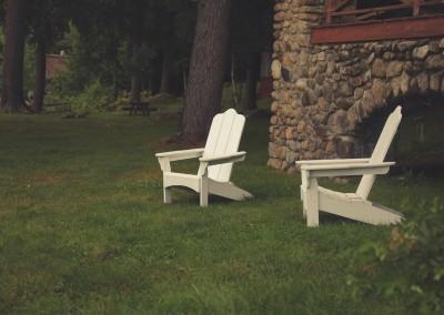 Dwa, białe fotele - unikalne meble do ogrodu.