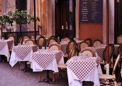 Ogródek restauracji z nakryciami .