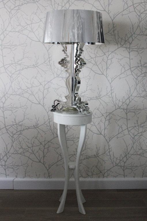 Odnowiony, stylowy stojak na lampę.