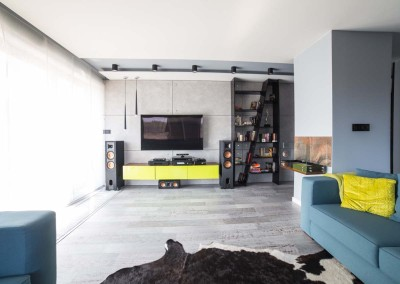Wnętrze salonu z meblami na wymiar w apartamencie Lake Resident
