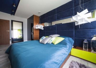 Łóżko znajdujące się we wnętrzu sypialni